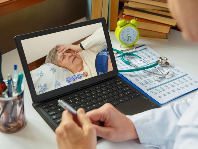 Cadute e malori: così gli anziani fragili (e lontani) sono più al sicuro