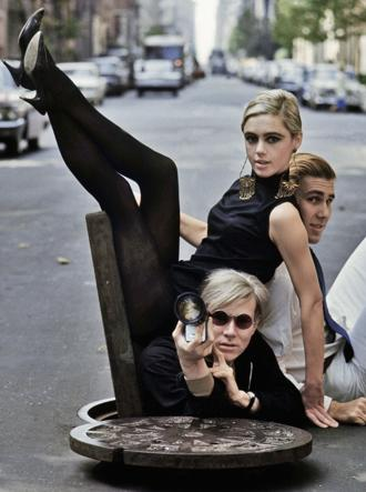 Andy Warhol, Edie Sedgwick e Chuck Wein a New York nel '65 (foto Contrasto)