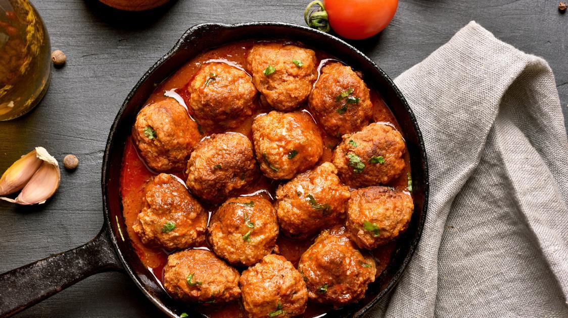 Polpette al sugo: la ricetta tradizionale di carne, le varianti e i contorni da abbinare