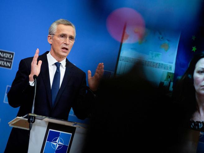 Nato, il segretario Stoltenberg: «Una nuova fase per l'Alleanza, indebolirla divide l'Europa»