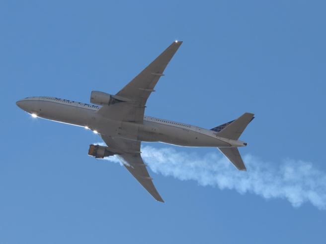 Usa, motore del Boeing in fiamme: cos'è successo e perché si indaga su quel modello | Le 12 domande