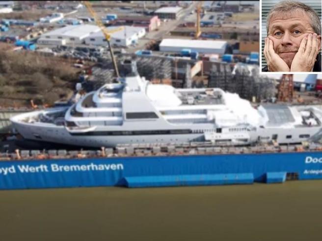 Abramovich, nuovo yacht da 500 milioni di euro: lungo più di un campo di calcio