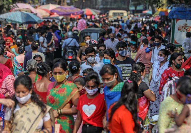 Covid in India, crollati i contagi e i morti senza vaccinazione di massa. Il puzzle che incuriosisce gli scienziati