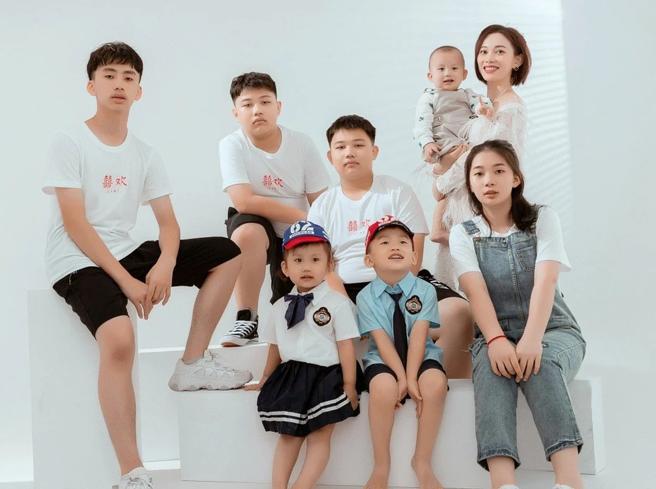 Cina, la sfida della mamma multata con 1 milione di yuan pur di avere 7 figli: «Me lo potevo permettere»