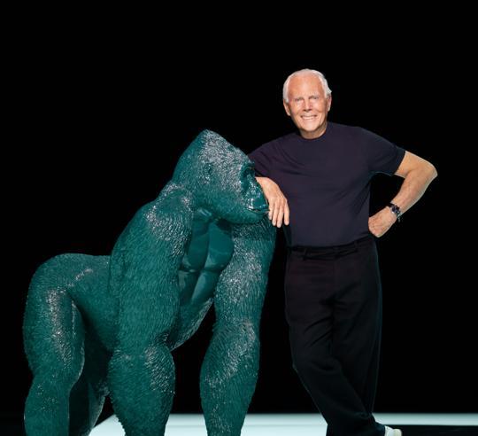 Giorgio Armani fa «sfilare» Uri, il gorilla mascotte simbolo di sostenibilità
