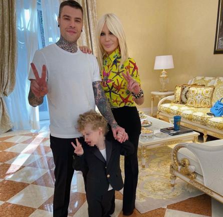 Orietta Berti osa con GCDS e Fedez in Versace: cosa sappiamo dei look