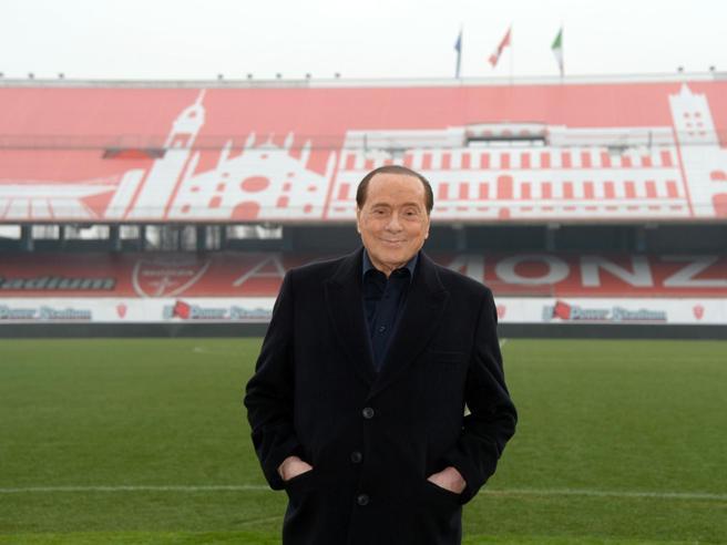 Monza, Berlusconi con la scorta va negli spogliatoi: «Dovete tirare di più». Ma è solo 0-0 col Cittadella