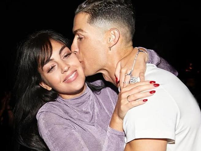 Georgina: «Cristiano Ronaldo il mio uomo perfetto, tra calcio, famiglia e fughe al supermercato (nascosti dalla mascherina)
