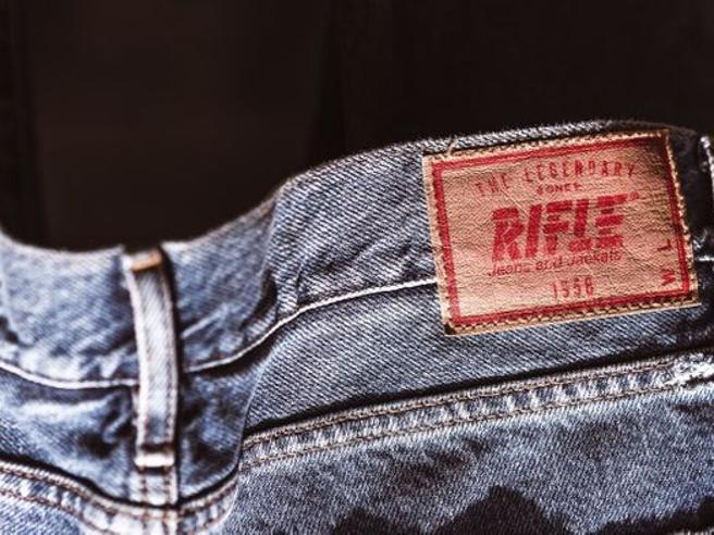 Asta Rifle, dai jeans agli smartphone dei manager: venduti i primi lotti