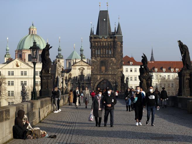 Covid, la Repubblica Ceca è prima al mondo per nuovi contagi. Il premier: «Via a Sputnik, non aspettiamo l'Ue»
