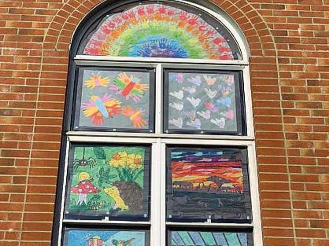 A Wotton-under-Edge 500 finestre colorate contro la tristezza da Covid