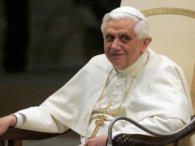 Il ringraziamento di monsignor Ganswein per l'intervista a Benedetto XVI (e le vignette di Giannelli)