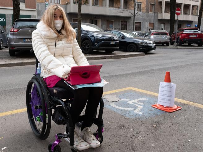 Priscilla e le gomme dell'auto tagliate nel posto disabili: «Ora bucatemi anche la carrozzina»