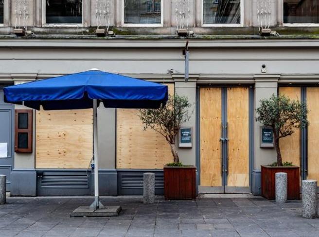 Ristoranti e bar chiusi da lunedì, la rabbia degli operatori: «Così ci fate morire»