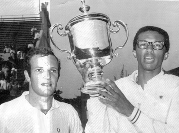 Arthir Ashe with the other finalist Tom Okker after winning the US Open in 1968 (Ansa)