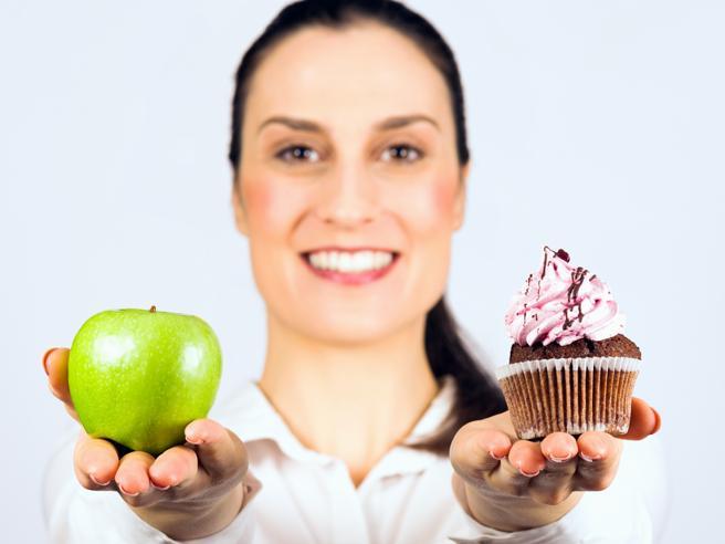 Alimentazione intuitiva: l'anti-dieta che insegna a mangiare (come e quando si vuole) per stare bene a lungo