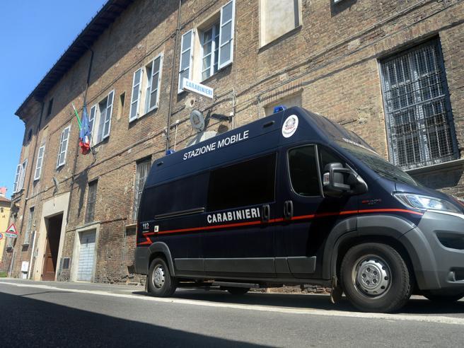 La denuncia di tre studenti: «Una notte di orrore in caserma picchiati dai carabinieri infedeli»