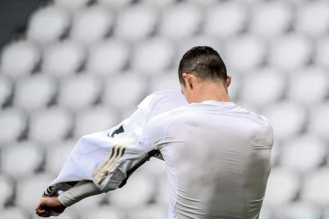 Ronaldo getta la maglia della Juventus a fine partita col Genoa: gesto di stizza