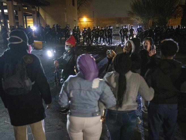 Minneapolis, 20enne afroamericano ucciso dalla polizia: coprifuoco in città