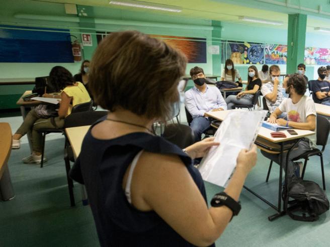 Un alunno positivo, 8 prof a casa. La stretta sulle quarantene mette in difficoltà le scuole