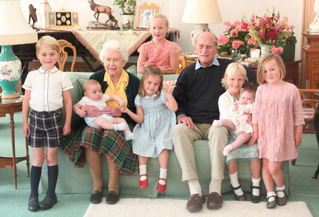Principe Filippo, la foto inedita con i bisnipoti. E per i funerali c'è la disputa sulle divise per William e Harry