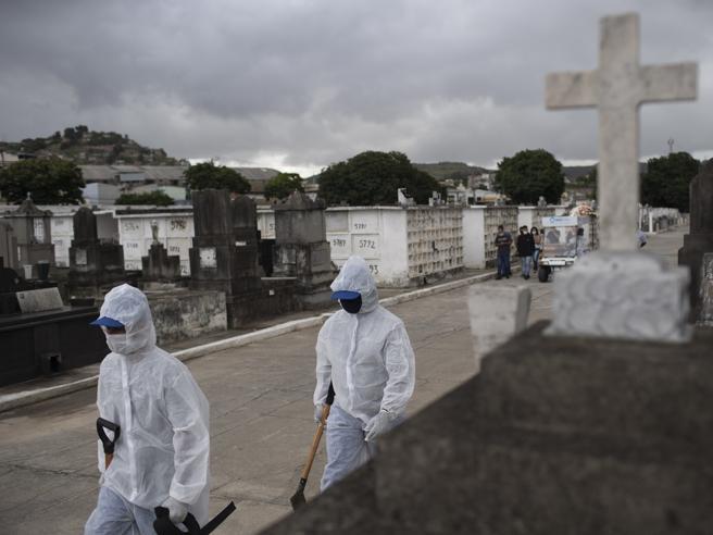 Il dramma del Brasile, che supera i  360 mila mortiA Rio niente sedativi: pazienti legati e intubati da svegli