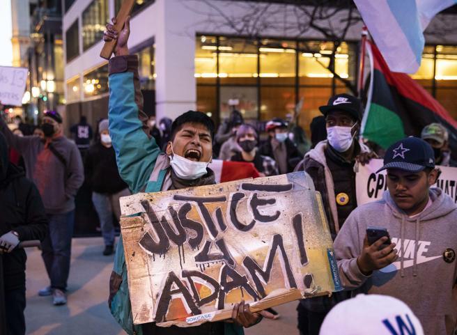 Chicago, il video del 13enne Adam Toledo inchioda la polizia: il ragazzo aveva le mani alzate