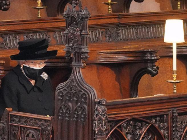 La Regina Elisabetta ai funerali di Filippo: la spilla, le perle, i fiori (e quel soprannome)