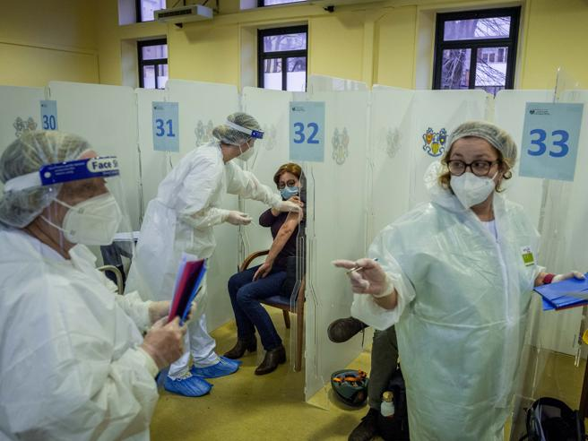 Parisi: «Quando vaccineremo gli over 77 i decessi caleranno a cento al giorno»