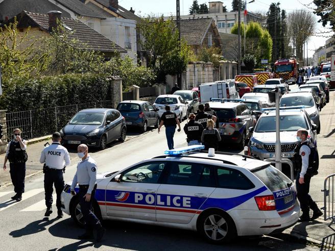 Francia, agente uccisa a coltellate alla gola. Macron: «Non cederemo nella lotta contro il terrorismo islamico»