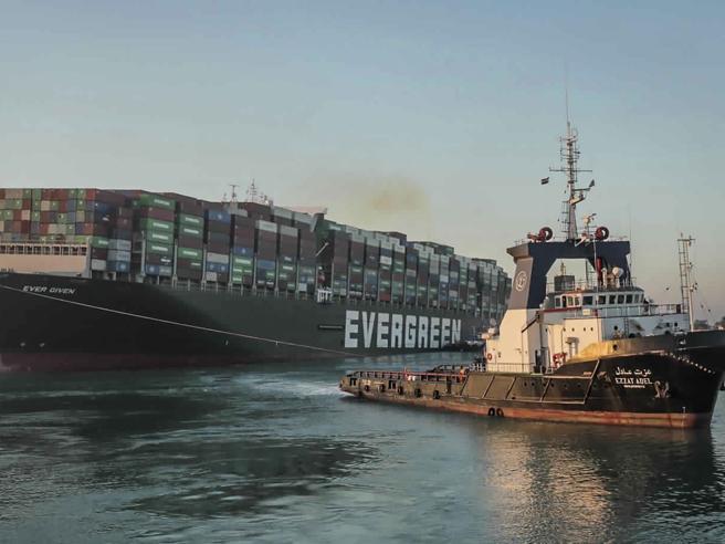 La nave Ever Given che ha bloccato Suez è ancora «prigioniera»