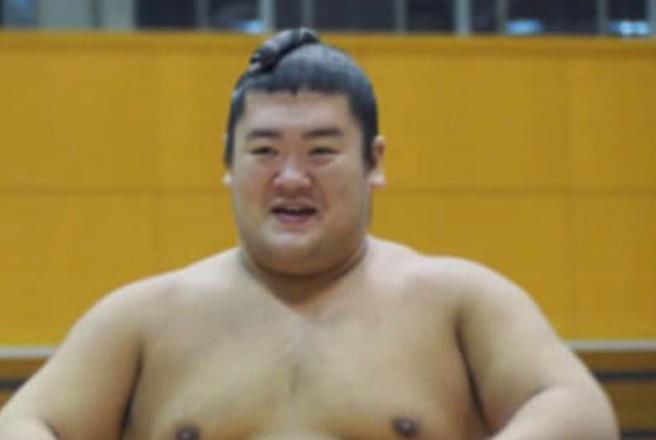 Lottatore di sumo muore un mese dopo la caduta durante un incontro: polemica per i soccorsi in ritardo
