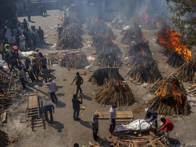 Covid in India, dal crollo dei contagi ai tremila morti al giorno: cosa è successo?