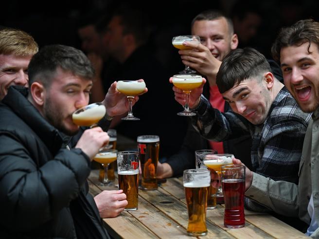 «Birra finita», in Gran Bretagna crisi di scorte: troppa gente nei pub dopo il lockdown