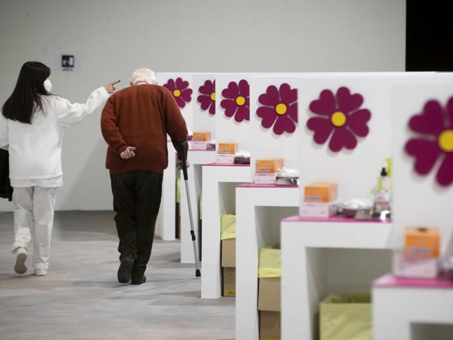 Vaccino Covid, dosi ai 50enni e anziani in attesa: le strane priorità decise al Sud