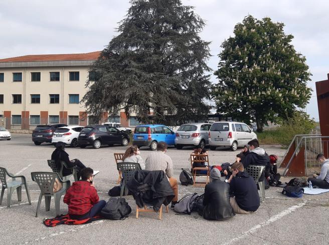 Genitori e studenti, sit-in davanti a scuola: «i presidi non vogliono riaprire le scuole»