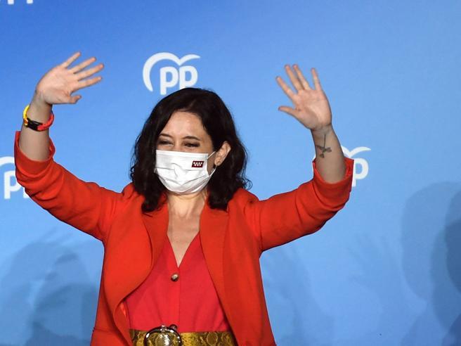 Isabel Ayuso trionfa a Madrid premiata per il suo no al lockdown