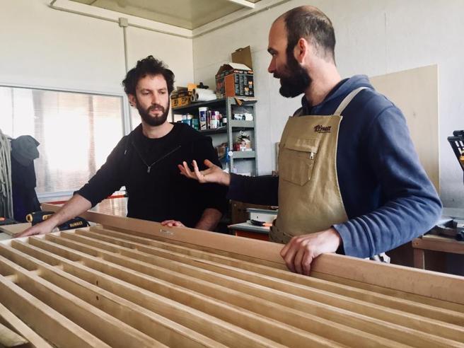 I legnetti di Marco e Riccardo: dal lavoro in teatro ai mobili di riciclo