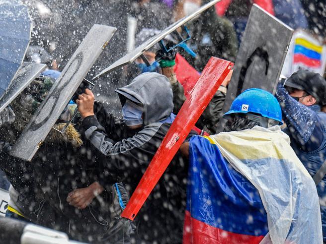 Colombia, la rabbia dei giovani contro il governo: 24 morti in piazza. L'Onu condanna