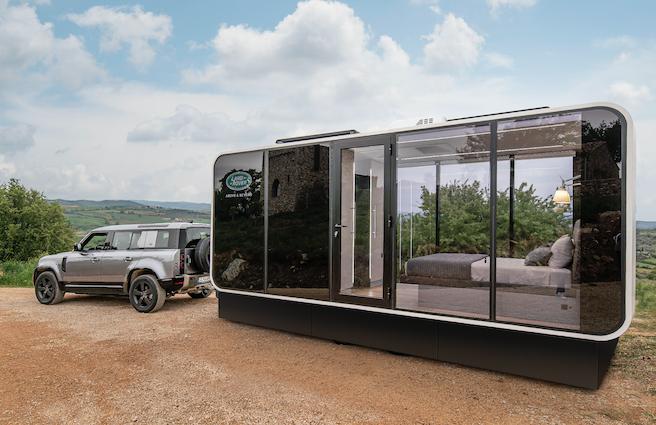 Land Rover Defender e la «roulotte» ecologica col tetto che purifica l'aria