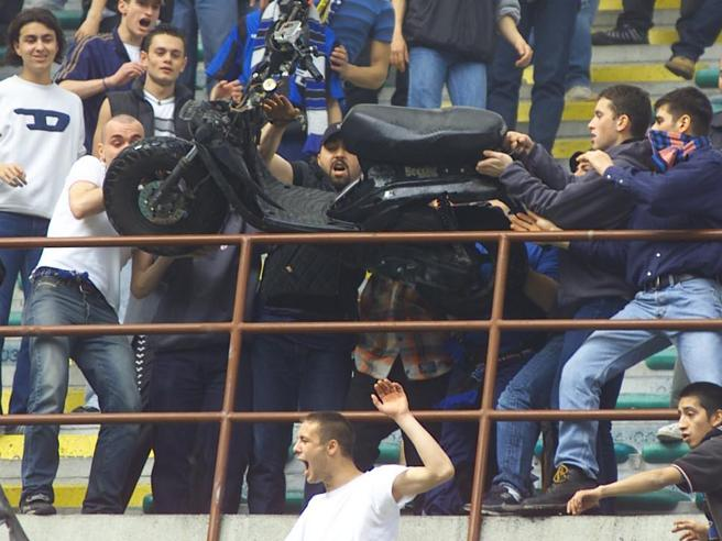 Motorino a San Siro, 20 anni fa una delle follie ultrà più grandi del calcio italiano. La ricostruzione della storia