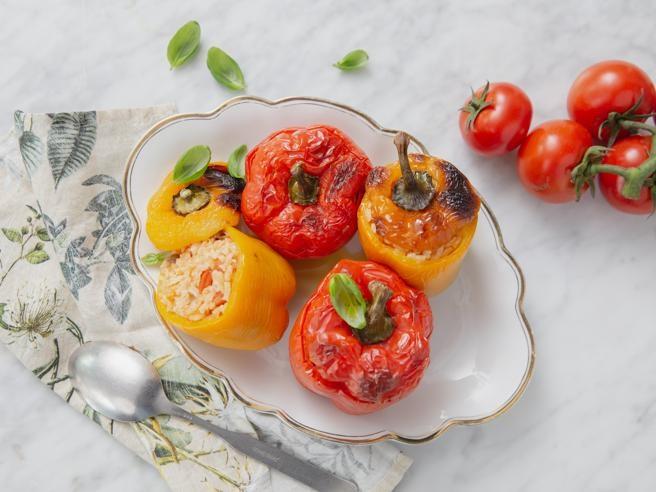 La ricetta dei peperoni ripieni di riso al pomodoro con olive e cipolla