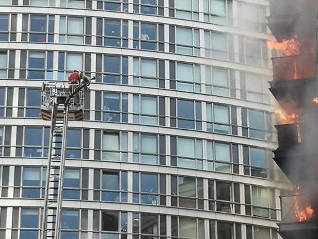 Londra, incendio in un palazzo di 19 piani, più di 100 pompieri impegnati