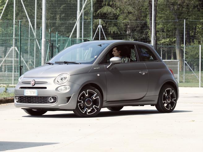 Ermal Meta sulla Fiat 500 per il nuovo videoclip dedicato all'inclusione