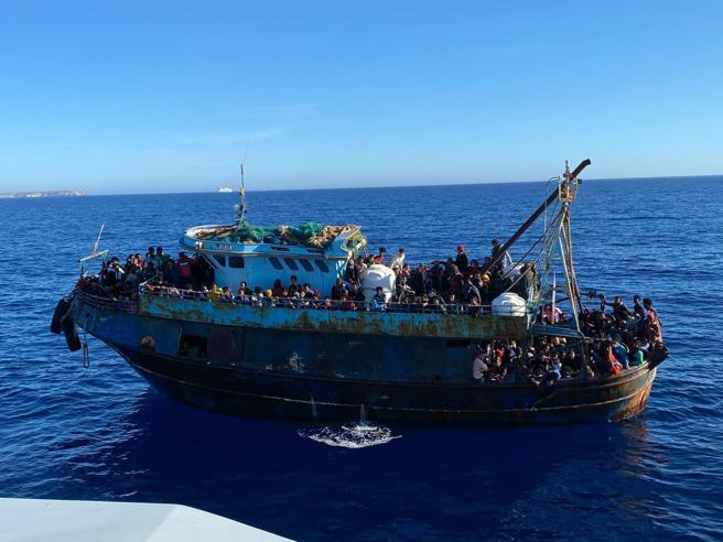 Migranti, a Lampedusa 1200 sbarcati in poche ore. Salvini: «Subito incontro con Draghi»