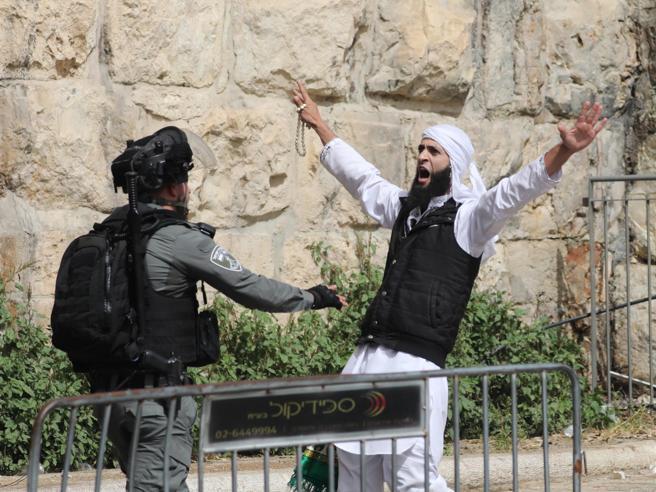 Gerusalemme, ora è guerra: da Gaza razzi sulla città, raid di Israele sulla StrisciaIn città suonano le sirene d'allarme: video