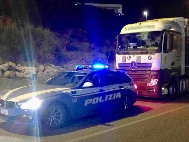 Arezzo, borracho detiene el camión en la vía rápida y se va a dormir: la policía evita el desastre