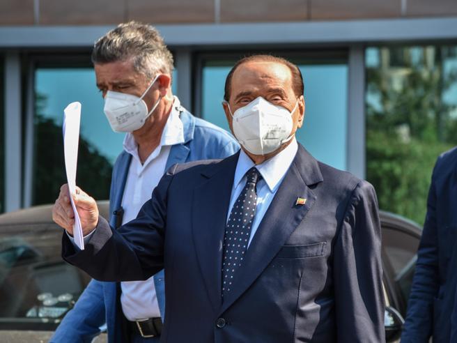 Silvio Berlusconi è stato dimesso dall'ospedale San Raffaele: «Ha sorriso delle voci sul suo stato di salute»