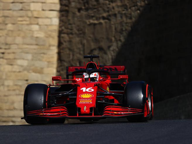 Gp Baku, Leclerc in pole davanti a Hamilton e Verstappen. L'altra Ferrari di Sainz va a sbattere