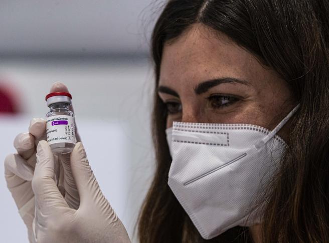 Vaccino AstraZeneca: più vicina la decisione di non somministrare le dosi sotto i 50 anni